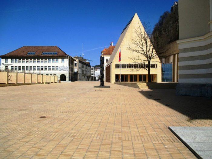 trg pred parlamentom v Vaduzu