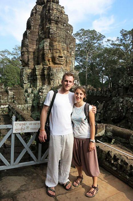 moški in ženska pred templjem Byron