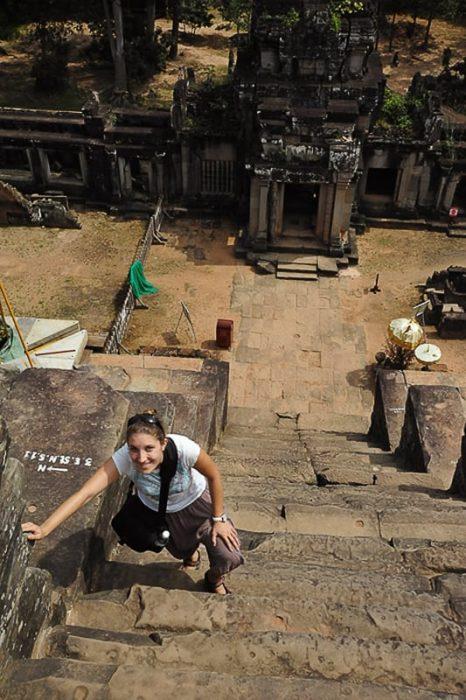 ženska se vzpenja na Ta Keo tempelj