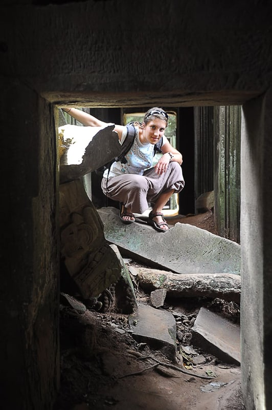 ženska na ruševinah templja Ta Prohm