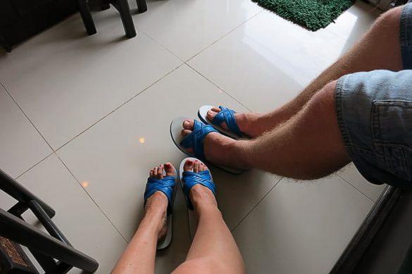 fotografija moških in ženskih nog v modrih natikačih