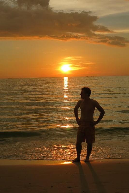 silhueta človeka pred sončnim zahodom