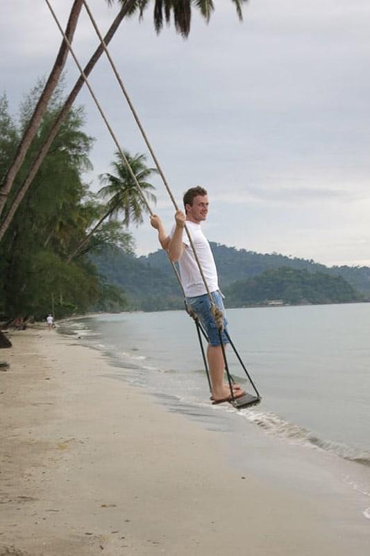 moški na gugalnici na plaži. Koh Chang, Tajska