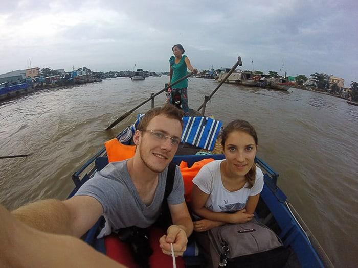 moški in ženska na plavajoči tržnici