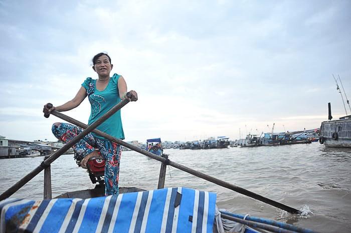 vietnamska ženska krmari čoln