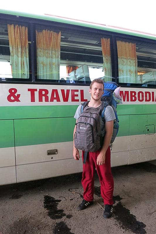 backapcker pred avtobusom v Vietnamu