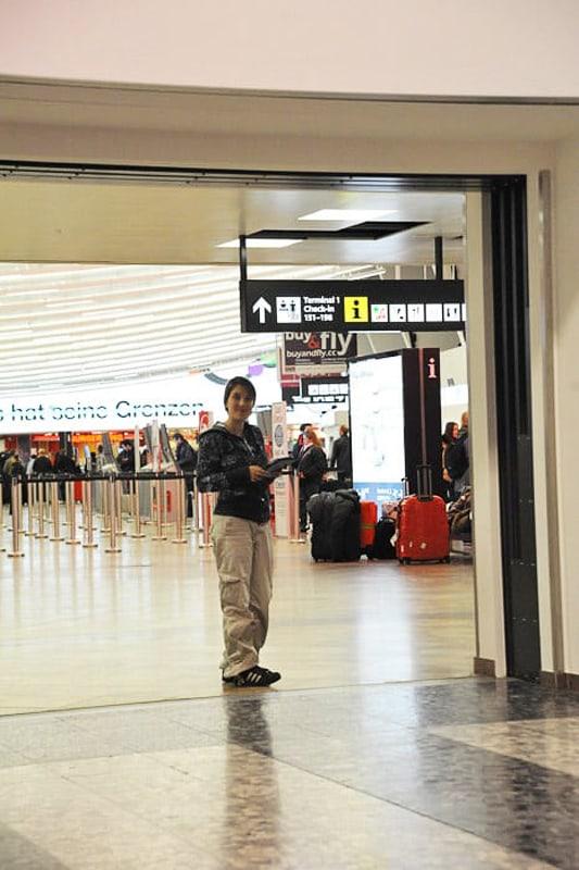 ženska na letališču na Dunaju