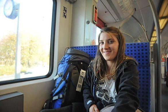 popotnica z nahrbtnikom na vlaku DB