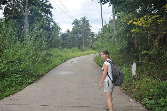 ženska z nahrbtnikom hodi po cesti