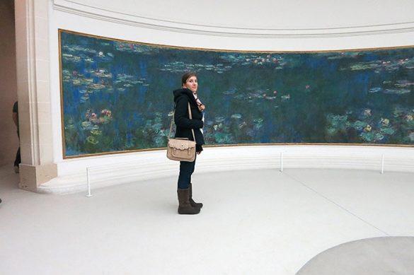 ženska v musezju Orangerie