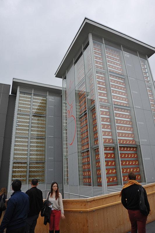 visoka stavba s steklenimi stenami, skozi katere se vidi škatle