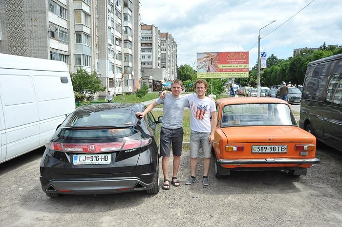 Honda Civic ob oranžnem moskviču