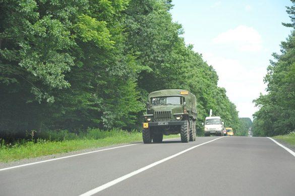 vojaško vozilo se pelje po ukrajinski cesti