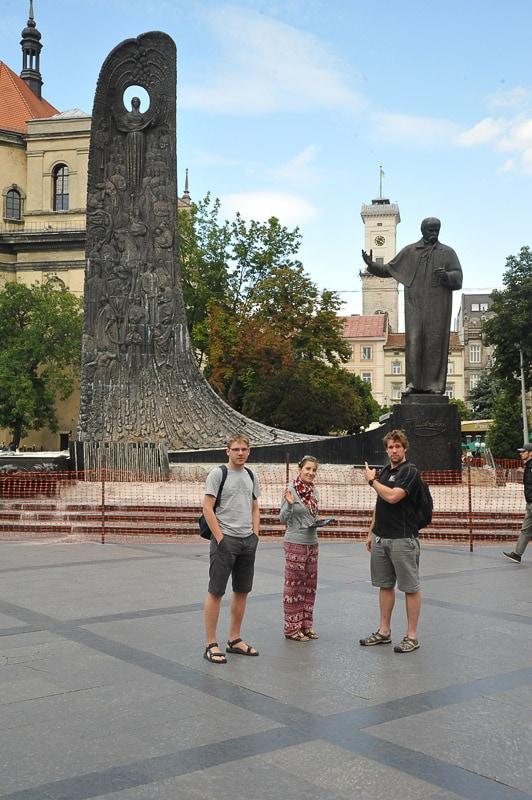 skupina mladih pred spomenikom Ševčenku v Lvovu