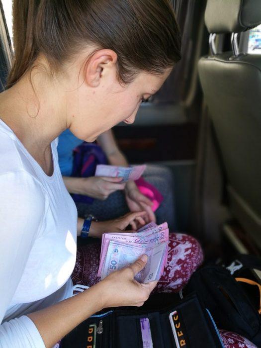 ženska šteje denar, ukrajinske hrivne