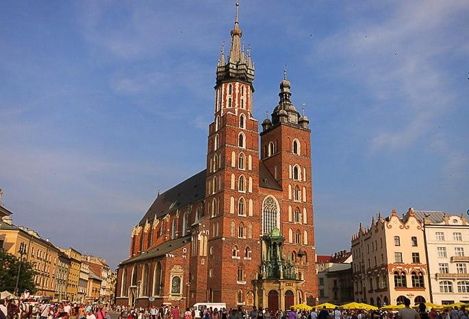 rdeča baročna cerkev na mestnem trgu v Krakovu