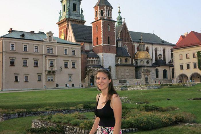 ženska pred katedralo na krakovskem gradu