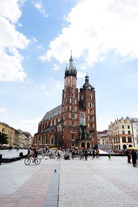 rdeča cerkev v Krakovu, na trgu pa množica turistov