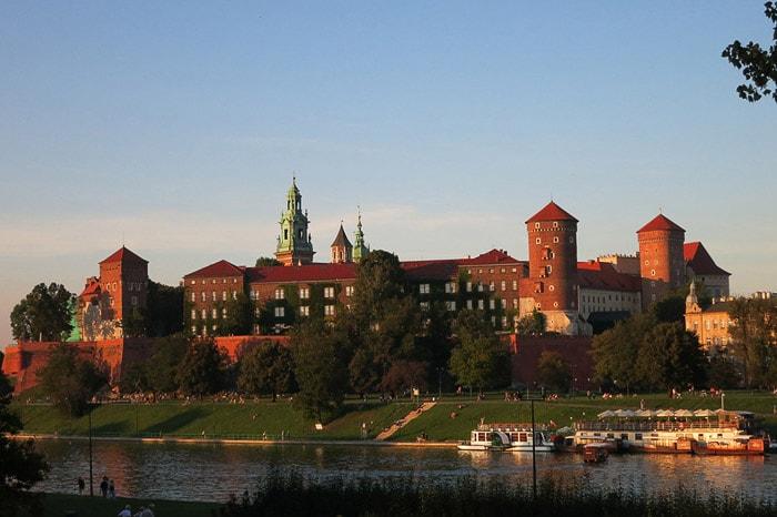 grad Krakov obsijan z večerno svetlobo