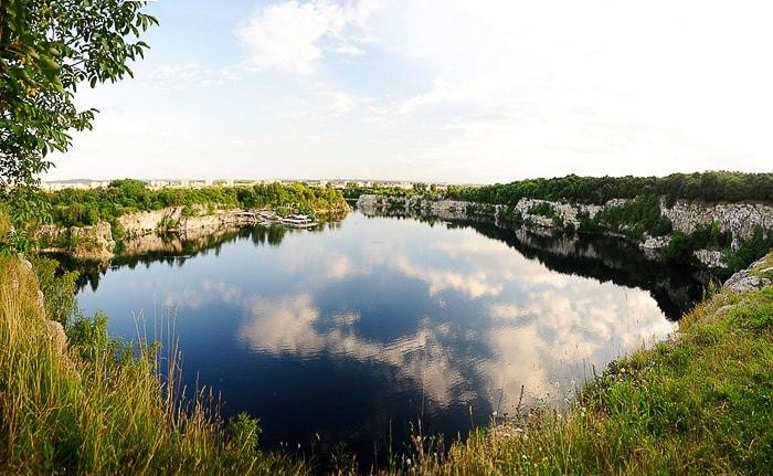 potopljen kamnolom, jezero, z odsevom oblakov na gladini