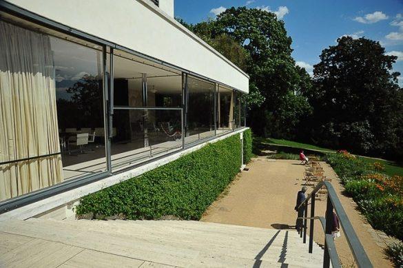 stopnice s terase na vrt. Na desni so steklene stene vile tugendhat