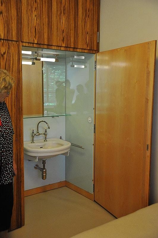 umivalnik v omari v spalnici