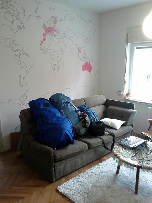 nahrbnitki na kavču pred zemljevidom sveta