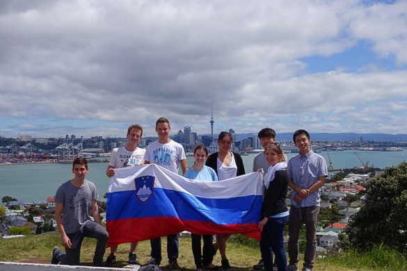 študentje s slovensko zastavo v Aucklandu