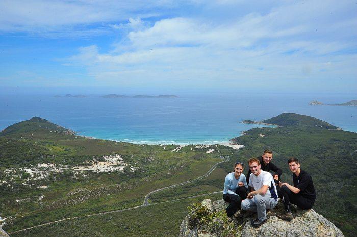 skupina mladih na vrhu gore Mt. Bishop