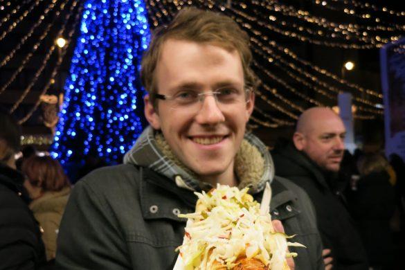 moški s hotdogom