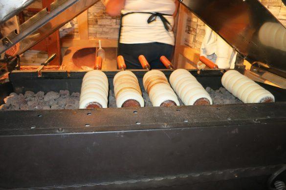 Chimney cake v pripravi - peka nad ogljem