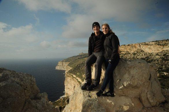 moški in ženska na razgledni točki pred dingli klifi