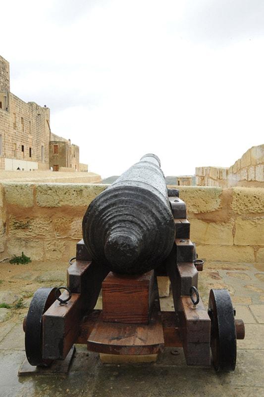 srednjeveški top na obzidju