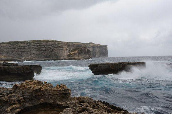 Razburkano morje in klifi na otoku Gozo