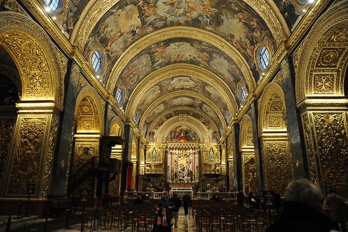 cerkev sv. Janeza Krstnika na Malti: zlat polkrožen strop, poslikan s freskami