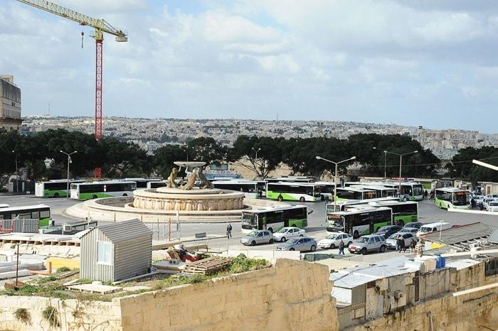 avtobusna postaja Valletta je polna zeleno-belih avtobusov