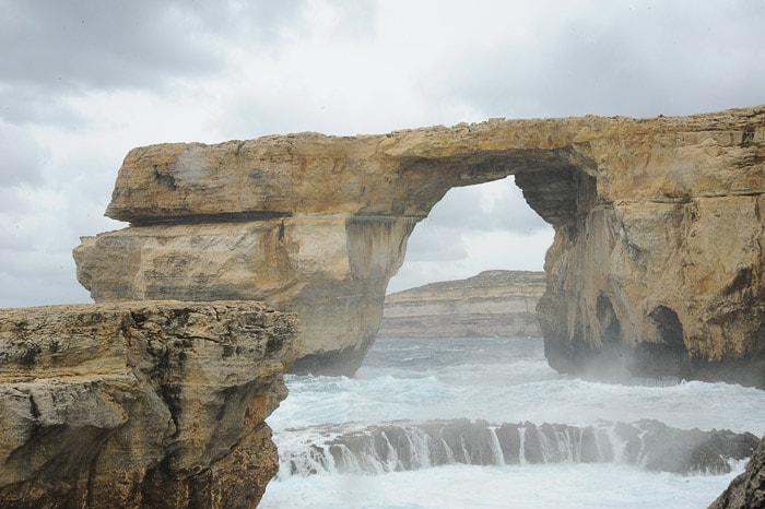Azurno okno in razburkano morje, Gozo