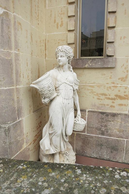 kip ženske s košaro in amforo v rokah