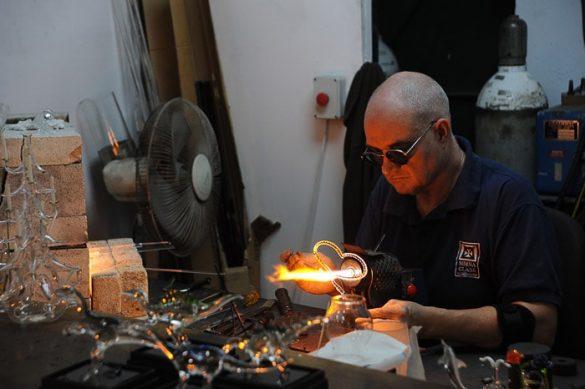 moški s temnimi očali oblikuje žareče steklo