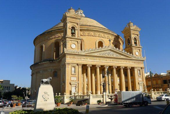 okrogla cerkev s tipičnim rimskim pročeljem