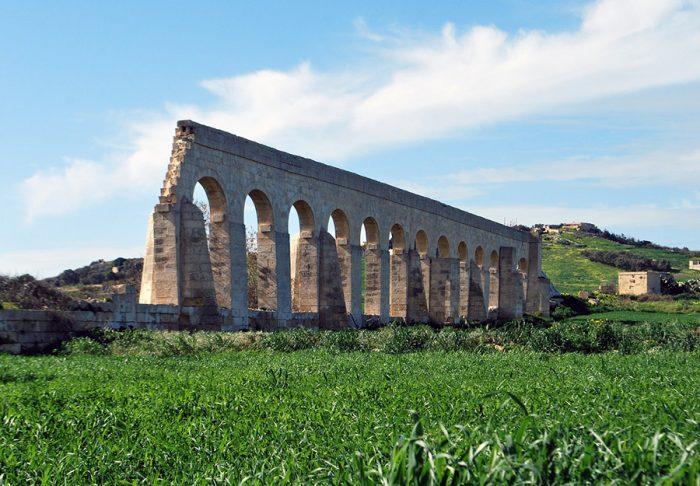 rimski akvadukt na zelenem koruznem polju