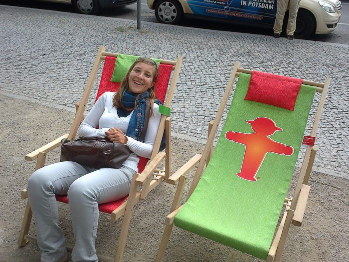ženska na ležalniku v mestu Berlin