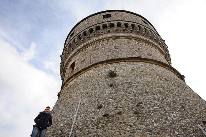 ženska poleg okroglega obrambnega stolpa