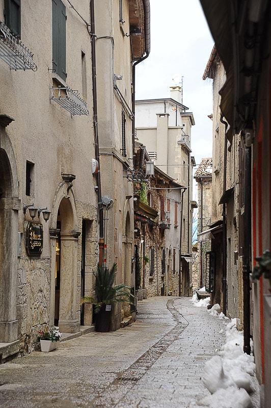 ozka ulica, ob robu zasnežena