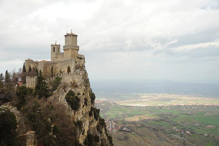 grajski stolp nad prepadom - San Marino