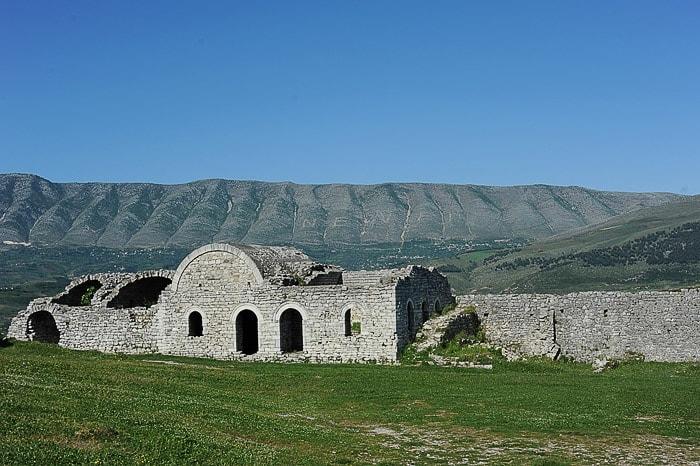 kamniti grad na vrhu hriba