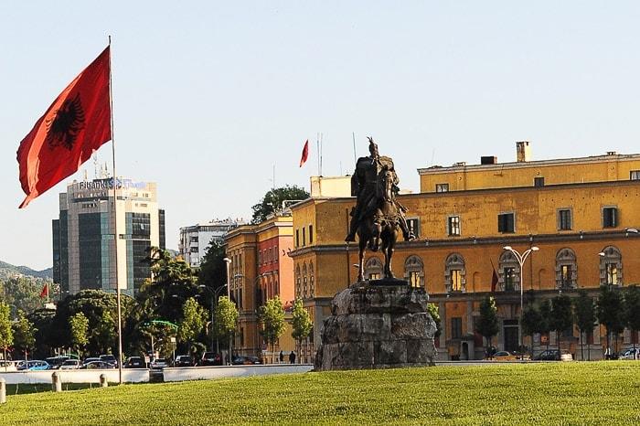 kip vojaka na konju skanderbega ob veliki albanski zastavi