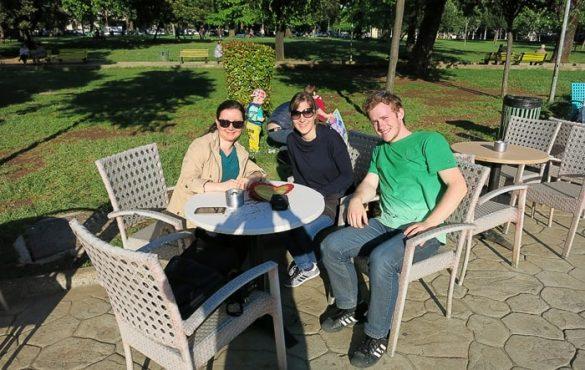 skupina mladih sedi pri mizi