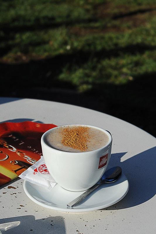 spenjena pijača s cimetom v beli kavni skodelici