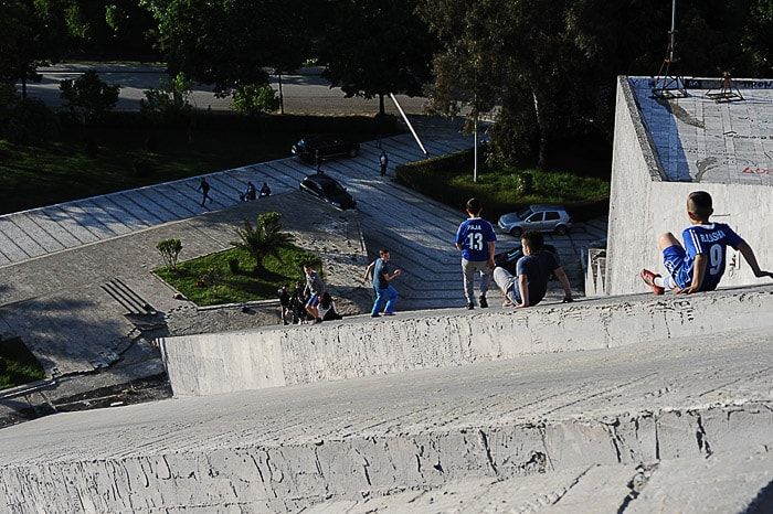 otroci se igrajo na betonski piramidi v Tirani